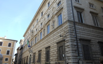 Insegne: Palazzo Spada illustra i criteri che distinguono quelle di esercizio da quelle di tipo pubblicitario