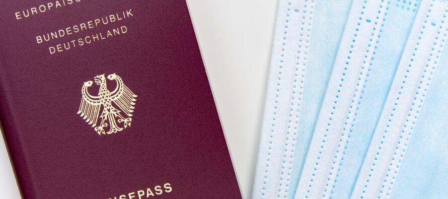 Tornare liberi di viaggiare con un certificato: la Commissione Europea ci prova, il nostro Garante frena e l'Oms lo sconsiglia