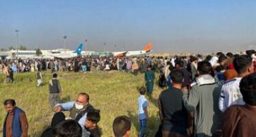 Afghanistan, aeroporto Kabul: assalto disperato ai voli – Video