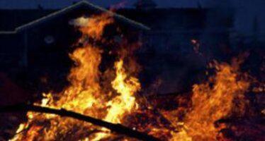 Balneari, in spiaggia sicuri con controlli green pass ma fiamme distruggono stabilimenti a Catania e Pescara
