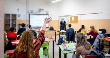 """Scuola, """"over 12 in aula con Green pass e non vaccinati in Dad"""": la proposta"""