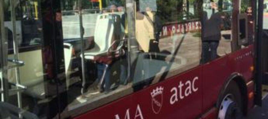 Roma, aggredisce autista Atac e rompe vetro a sassate