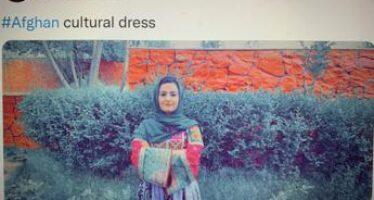 Afghanistan, donne sfidano talebani: foto social con abiti colorati