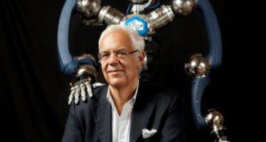 """Editoria, il robotico Bruno Siciliano avverte: """"I robot e l'Ia non sostituiscono l'uomo"""""""